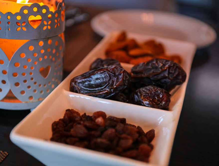 Muslims break fast over Ramadan with dates