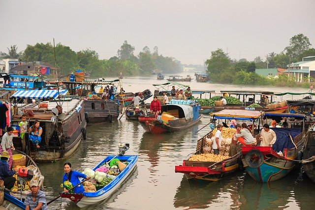 Image of a floating market in the Mekong Delta